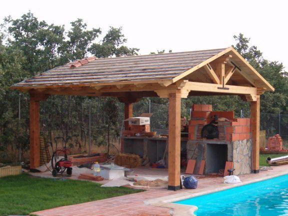 el horno est situado bajo una prgola de madera y sobre una encimera de de ladrillo la ide a era disponer de horno barbacoa espacio para almacenar la